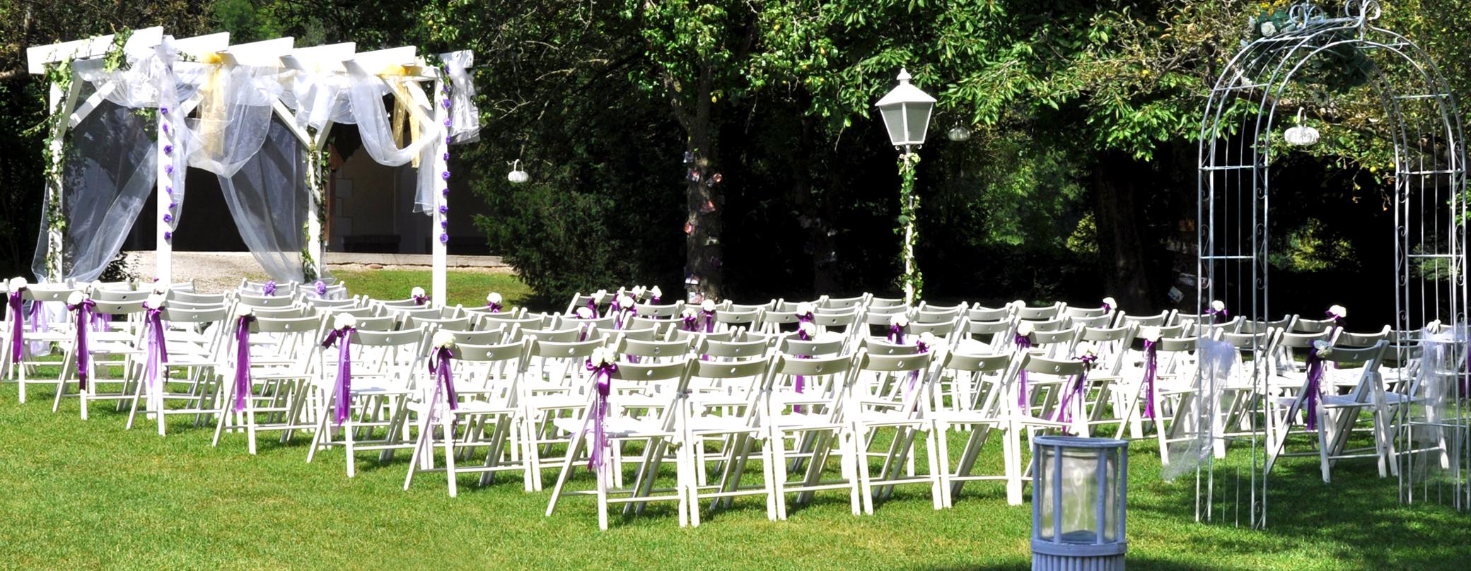 Violette Hochzeit im Grünen