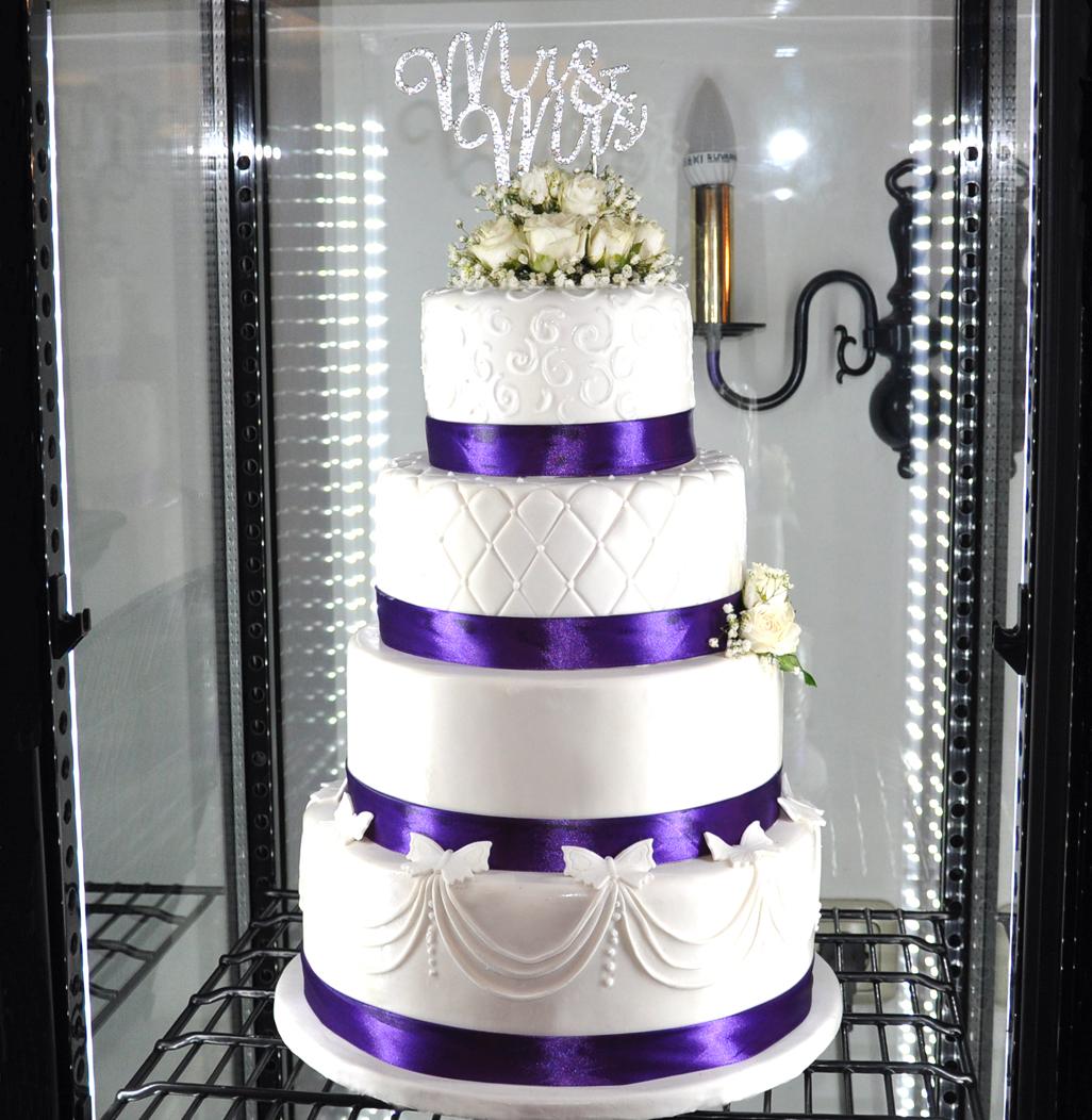 Violette Hochzeitstorte